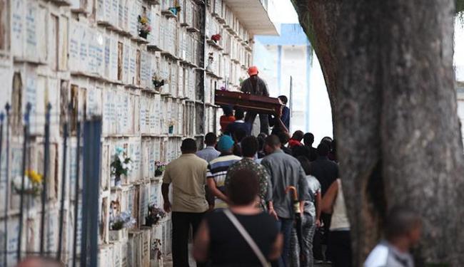Chapista foi enterrado na tarde desta segunda-feira - Foto: Adilton Venegeroles | Ag. A TARDE