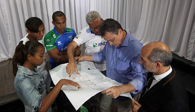 Camila (E), Isaquias e Erlon mostram projeto de múltiplos centros de canoagem ao governador - Foto: Adilton Venegeroles l Ag. A TARDE
