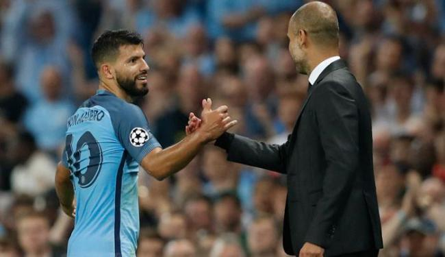 Agüero comemorou a boa atuação e os 3 gols com o técnico Pep Guardiola - Foto: Carl Recine | Reuters