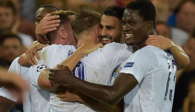 Riyad Mahrez comemorou o gol junto com os seus companheiros - Foto: Eric Vidal | Reuters