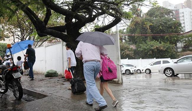 Chuva causou transtornos às pessoas nas ruas da capital - Foto: Luciano da Matta l Ag. A TARDE