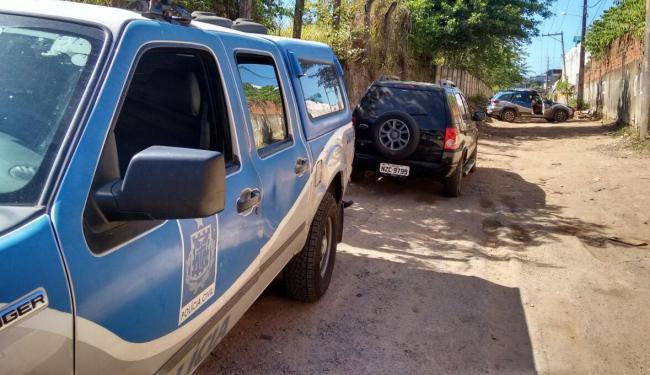 Polícia está no local para investigar corpos encontrados em veículo - Foto: Edilson Lima | Ag. A TARDE