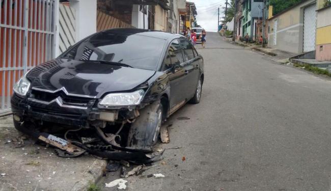Criminoso acabou colidindo com um carro após roubo de motos - Foto: Edilson Lima | Ag. A TARDE
