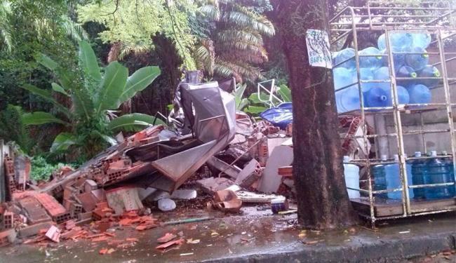 Depósito foi demolido durante a madrugada no Imbuí e a polícia foi acionada - Foto: Cidadão Repórter   Via WhatsApp