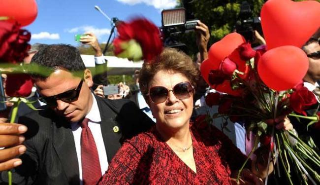 Dilma sai do Alvorada em meio a cumprimentos de apoiadores - Foto: Agência Reuters