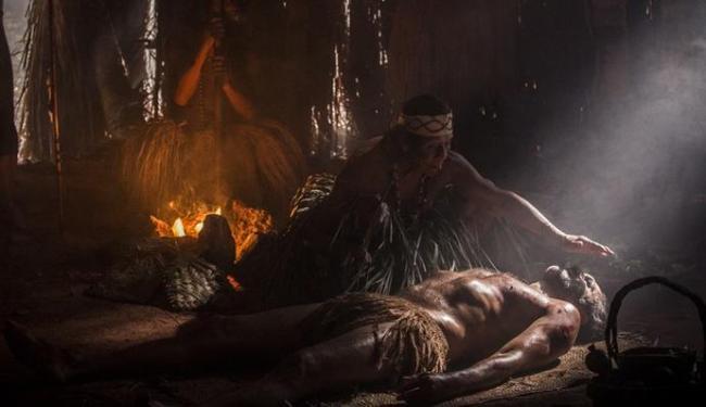 Cena em que o personagem Santo é tratado por um índio - Foto: Divulgação   GShow