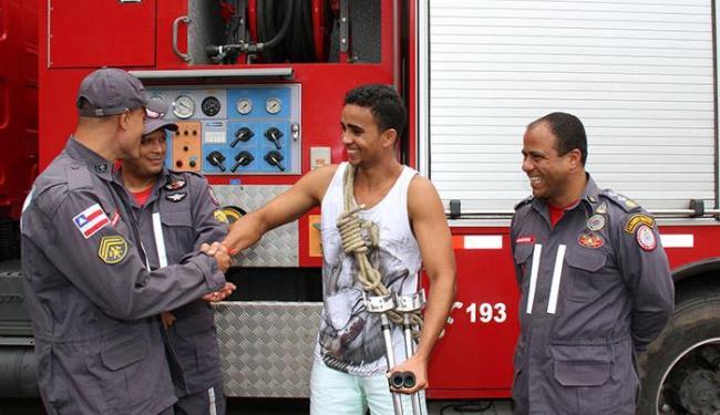 Emocionado, Élquesson cumprimentou equipe que o resgatou de grave acidente na BR-324 - Foto: Divulgação | SSP