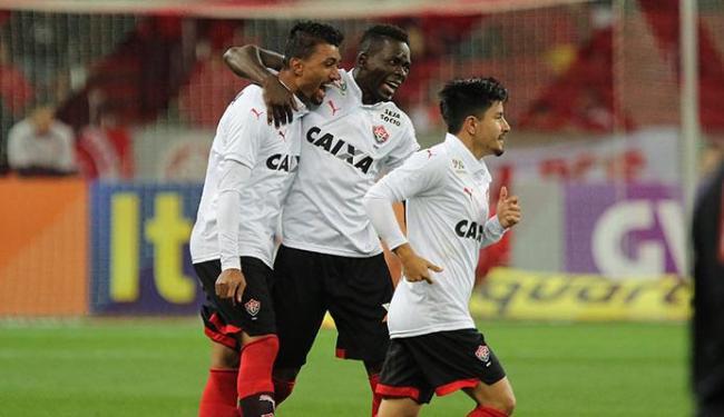 Kanu (C) comemora com os companheiros o gol do triunfo rubro-negro - Foto: Roberto Vinícius   Estadão Conteúdo