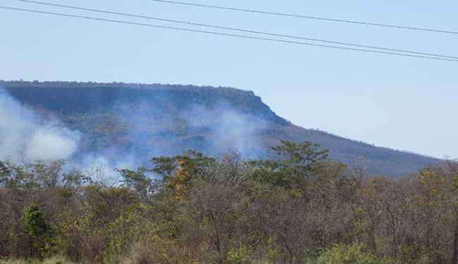 Clima seco favorece o surgimento de focos de incêndio, como este no município de Barreiras, na regiã - Foto: Miriam Hermes | Ag. A TARDE | 11.9.2016