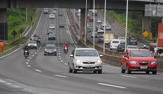 Presença de luzes acesas reduz entre 5% e 10% o número de colisões entre veículos durante o dia - Foto: Raul Spinassé | Ag. A TARDE