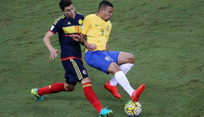 Gabriel na disputa de bola com o jogador John Medina - Foto: Paulo Whitaker   Reuters