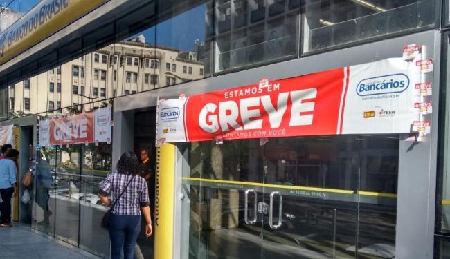 No Centro da cidade, bancos estão fechados; caixas eletrônicos funcionam normalmente - Foto: Edilson Lima   Ag. A TARDE