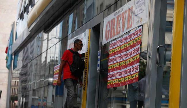Atualmente, os bancários recebem um piso de R$ 1.976,10 - Foto: Edilson Lima | Ag. A TARDE