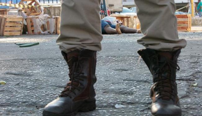 Jovem caiu em frente ao supermercado Bompreço - Foto: Margarida Neide   Ag. A TARDE