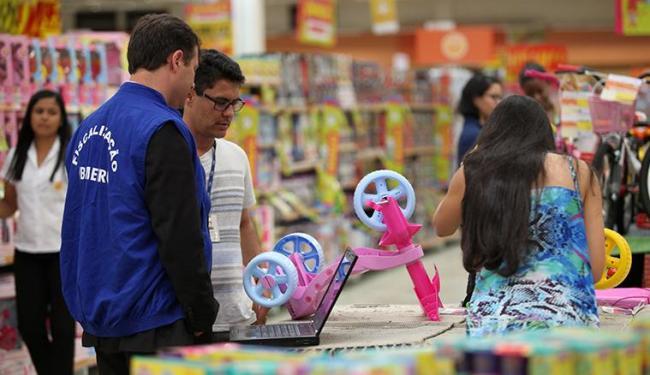 Fiscais foram até lojas de brinquedos ver os produtos à venda - Foto: Joá Souza | Ag. A TARDE