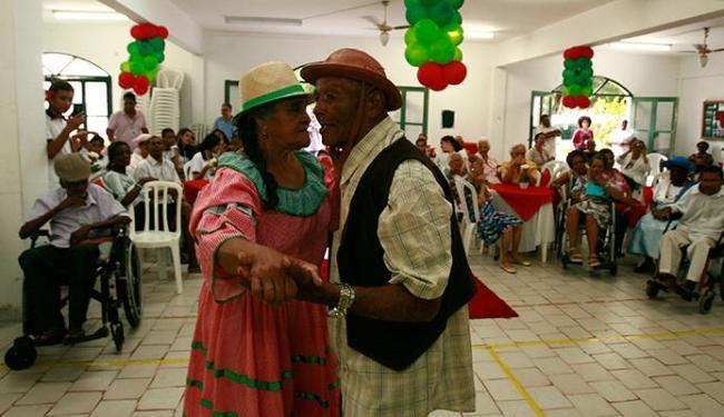 Casal de idosos fez bonito na pista de dança, quando também houve apresentação de coral - Foto: Joá Souza | Ag. A TARDE