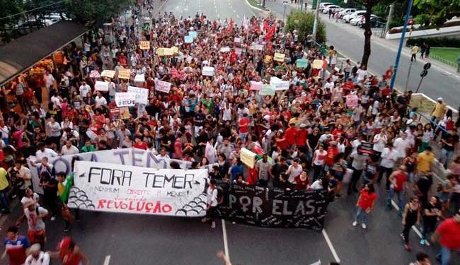 Protesto começou na região do Iguatemi e seguiu para a Paralela - Foto: Xando Pereira   Ag. A TARDE