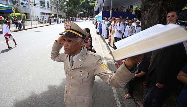 Isidório assistiu ao desfile com a bíblia em mãos - Foto: Joá Souza l Ag. A TARDE