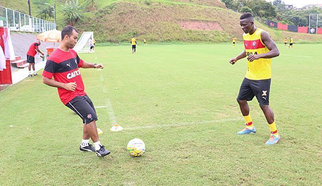 Recuperado de lesão, Kanu (D) trabalha o recondicionamento físico antes do retorno à equipe - Foto: Francisco Galvão l EC Vitória l Divulgação