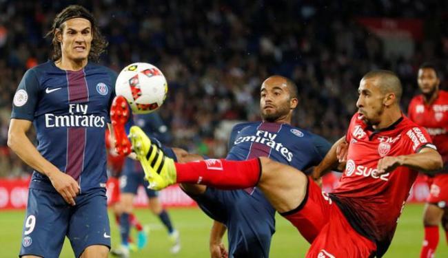 Lucas Moura brigando pela posse de bola nesta terça-feira, 20 - Foto: Gonzalo Fuentes | Reuters