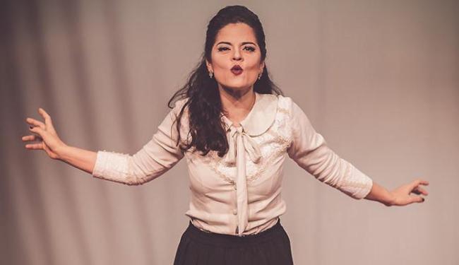 Maira Lins em cena da peça dirigida por Djalma Thürler - Foto: Heder Novaes | Divulgação