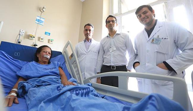 Maria de Lourdes e a equipe médica após a cirurgia - Foto: Joá Souza l Ag. A TARDE