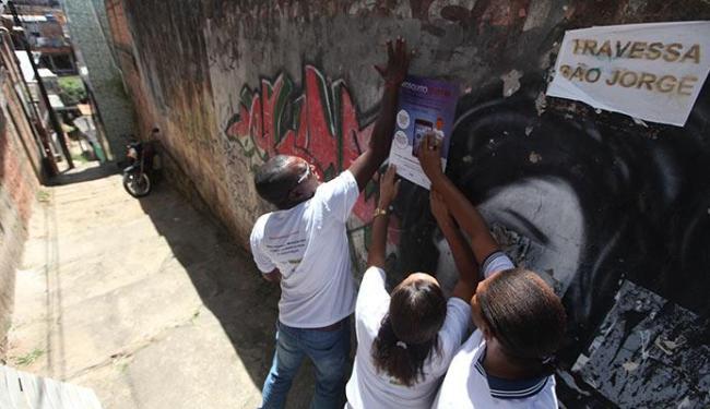 Agentes de saúde agem na conscientização de moradores com cartazes - Foto: Raul Spinassé | Ag. A TARDE