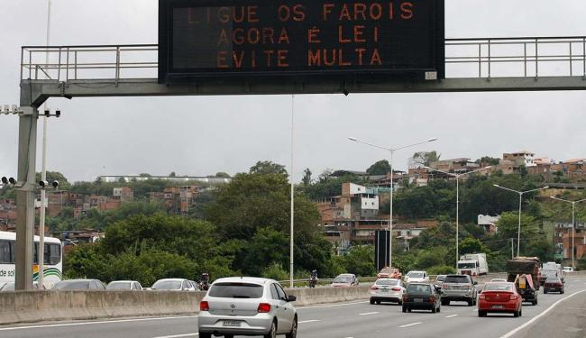 Na BR-324, a maioria dos veículos estava com faróis acesos na manhã deste sábado - Foto: Raul Spinassé   Ag. A TARDE