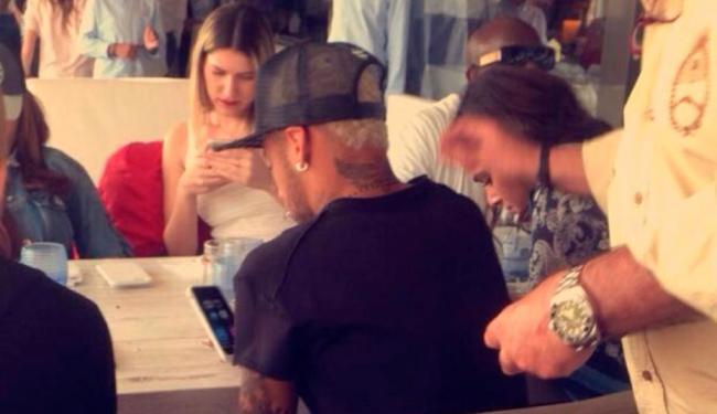 O casal foi visto almoçando com a família e amigos do jogador em um restaurante em Barcelona - Foto: Reprodução | Instagram