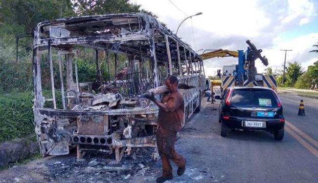 O ônibus foi incendiado por três homens armados - Foto: Edilson Lima | Ag. A TARDE