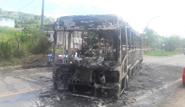 Três homens atearam fogo no veículo - Foto: Divulgação   Daniel Mota