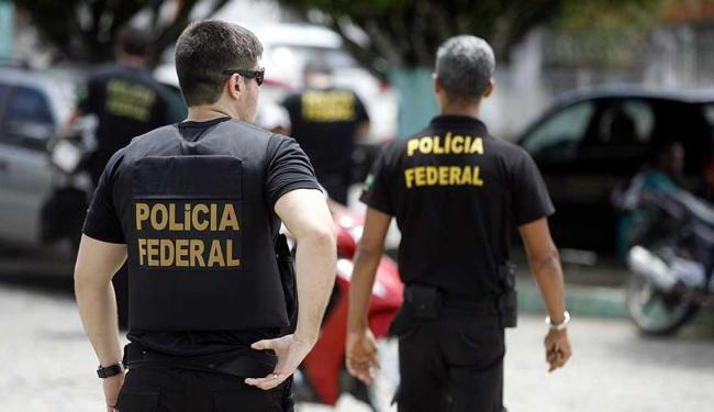 Mais de 70 policiais federais e 12 servidores do INSS participam da ação - Foto: Luiz Tito | Ag. A TARDE | 08.10.2015