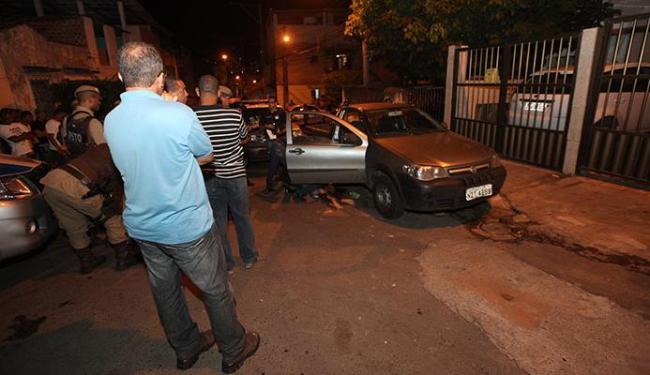 Pai e filho saíam de uma residência quando foram atingidos dentro do carro - Foto: Adilton Venegeroles | Ag. A TARDE