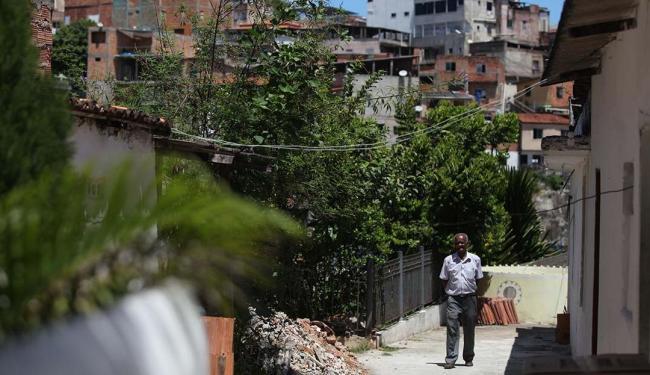 Pai Emetélio no Terreiro Tumba Junçara, cercado por construções no bairro do Engenho Velho de Brotas - Foto: Raul Spinassé | Ag. A TARDE