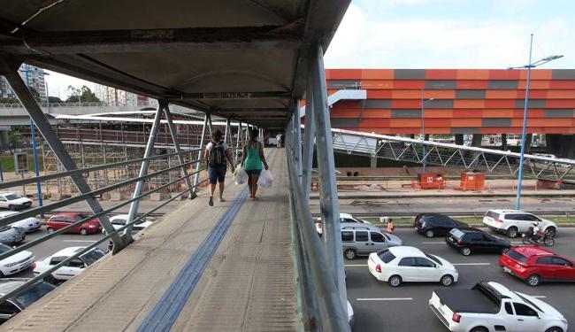 Passarela do Detran com estação da Linha 2 do metrô de Salvador ao fundo - Foto: Adilton Venegeroles   Ag. A TARDE