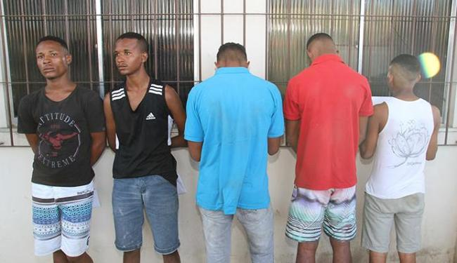 Dois homens foram presos e três adolescentes apreendidos - Foto: Alberto Maraux | Divulgação