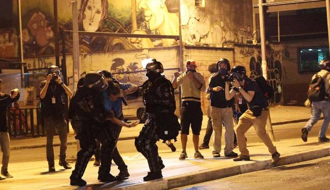 Confronto entre manifestantes e policiais ocorreu após o fim do protesto em São Paulo - Foto: Fernando Donasci | Agência Reuters