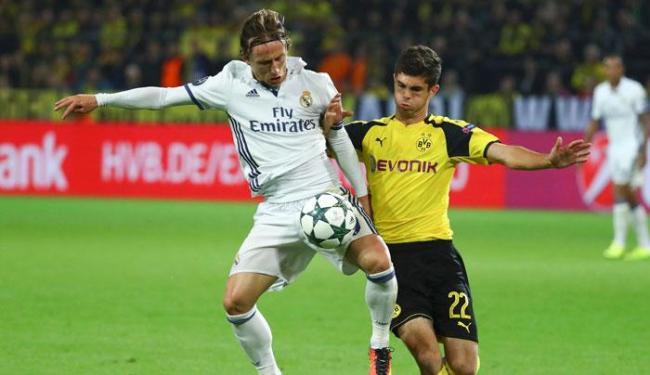 Modric disputando bola com Pulisic no meio de campo nesta terça-feira, 27 - Foto: Kai Pfaffenbach | Reuters