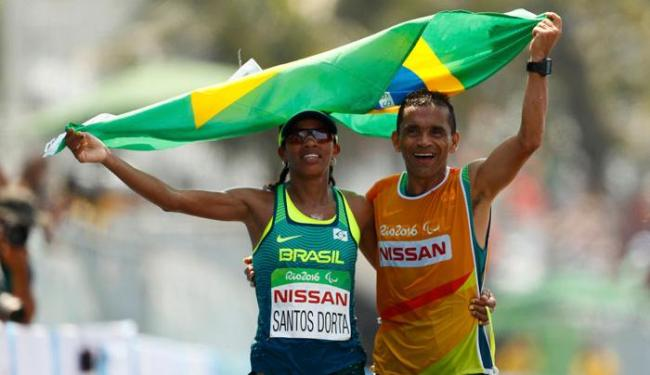 A baiana Edneusa de Jesus com a bandeira do Brasil após levar o bronze - Foto: Jason Cairnduff   Reuters