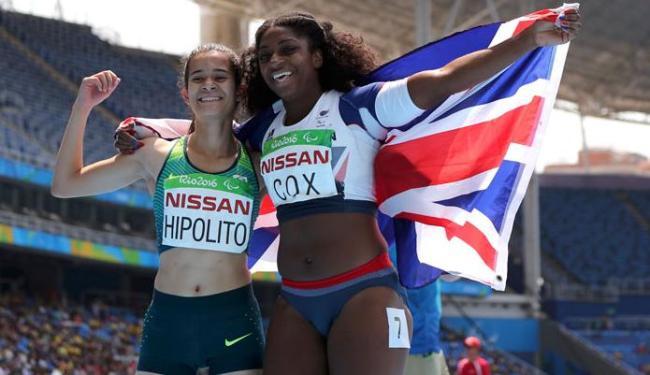 A brasileira comemorou muito a vitória ao lado da britânica Kadeena Cox - Foto: Sergio Moraes | Reuters
