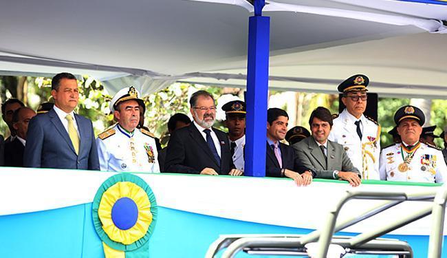 Governador e prefeito ficaram em lados opostos do palanque durante desfile - Foto: Joá Souza l Ag. A TARDE