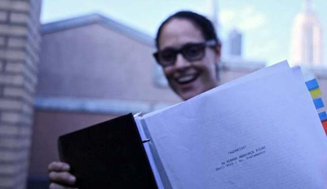 Sônia Braga lê o roteiro de 'Aquarius' - Foto: Divulgação