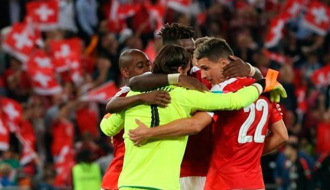 Os Suíços comemoraram no campo a vitória contra a seleção portuguesa - Foto: Ruben Sprich   Reuters