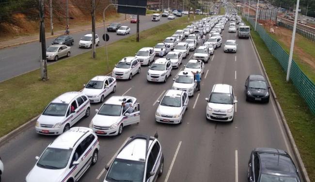Taxistas protestaram contra o Uber em Salvador nesta quarta - Foto: Luciano da Matta | Ag. A TARDE