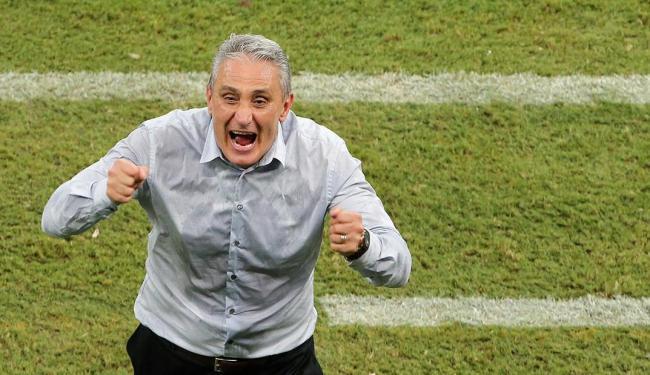 Tite na vibração dos gols da partida contra a Colômbia - Foto: Paulo Whitaker | Reuters