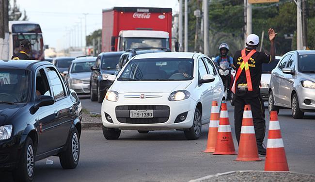 Trânsito que já tinha retenções está mais complicado na Estrada do Coco desde quarta-feira, 31 - Foto: Adilton Venegeroles l Ag. A TARDE