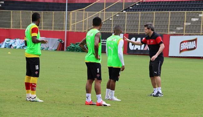Marcelo, Kieza e Amaral (esquerda para direita) recebem instruções do estreante técnico Argel - Foto: Francisco Galvão l EC Vitória