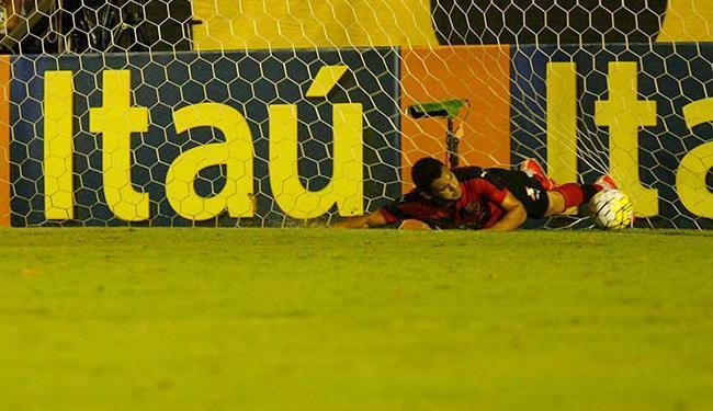 Vinícius tenta, mas não consegue evitar o gol do Botafogo - Foto: Margarida Neide | Ag. A TARDE