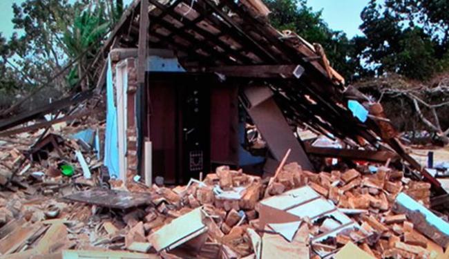 Casa foi quase que completamente demolida e até móveis foram destruídos - Foto: Reprodução | TV Sudoeste