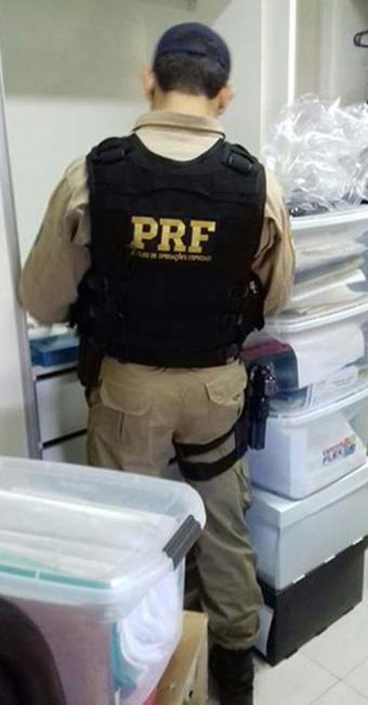 Agente da PRF faz busca em casa de um dos investigados - Foto: Divulgação | PRF